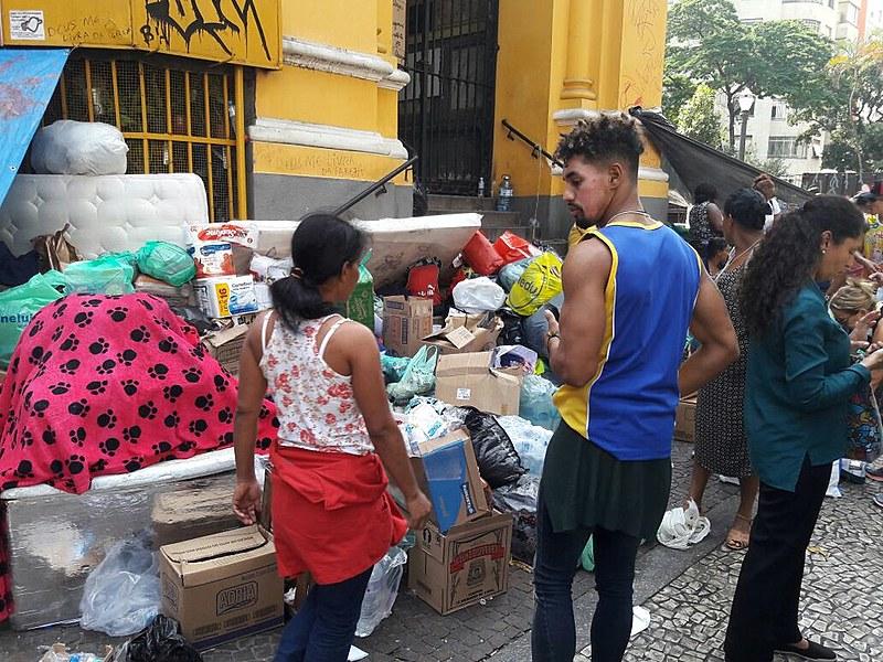 Mantimentos são organizados na porta da igreja e distribuídos para os desabrigados no Largo do Paissandu