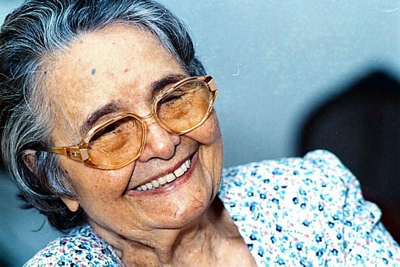 Formada professora, ela atuou principalmente como jornalista e escritora