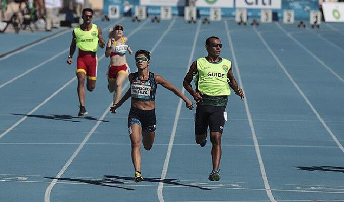 Thalita Simplício e seu guia completaram prova dos 400m em 56s86