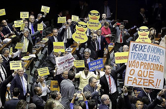 Protestos marcaram a sessão convocada para analisar denúncia contra Temer, Padilha e Moreira Franco