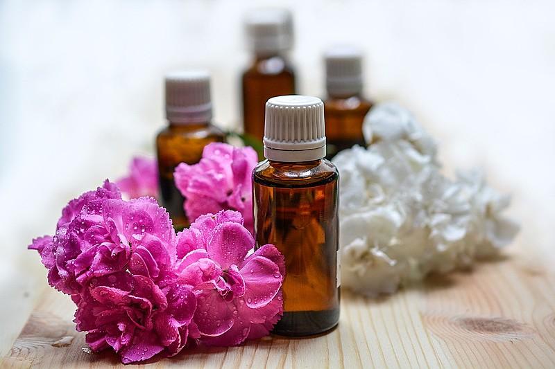 A aromaterapia extrai óleos essenciais de plantas e contribui para o bem estar físico e emocional