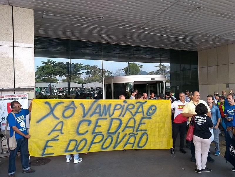 Dezenas de pessoas estiveram no aeroporto Santos Dumont para manifestar aos deputados estaduais do Rio que a população é contra a reforma
