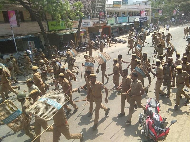 Policiais reprimem manifestantes com cassetetes durante protesto pelo fechamento de planta da empresa do grupo Vedanta