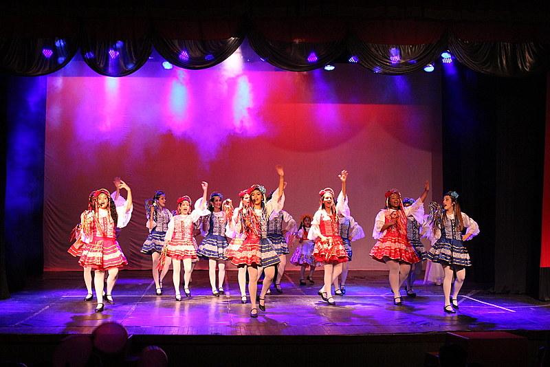 No palco, as meninas e mulheres mostram todo o aprendizado e resultado dos ensaios durante o ano.