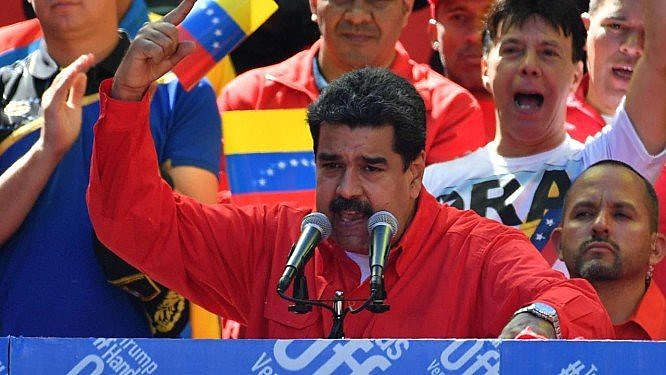 Milhares de pessoas acompanharam o pronunciamento de Nicolás Maduro nas ruas de Caracas neste sábado (23)
