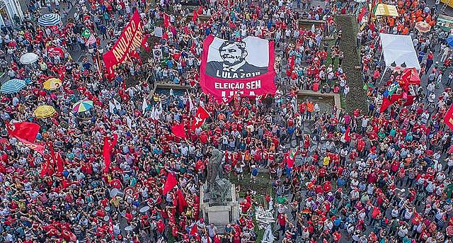 Manifestación en apoyo a Lula reunió más de 7 mil personas en la ciudad de Curitiba