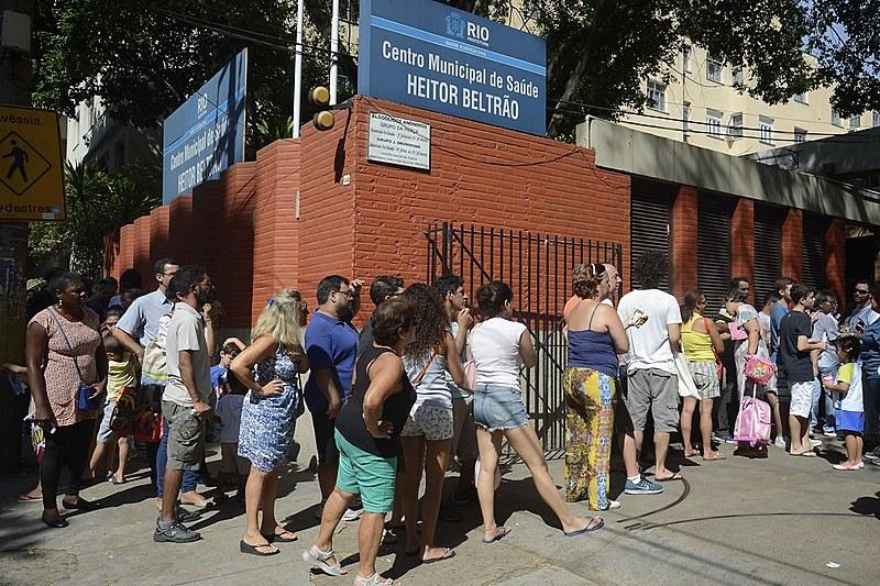 Longas filas durante a vacinação contra a febre amarela. Existirá SUS nos próximos anos?