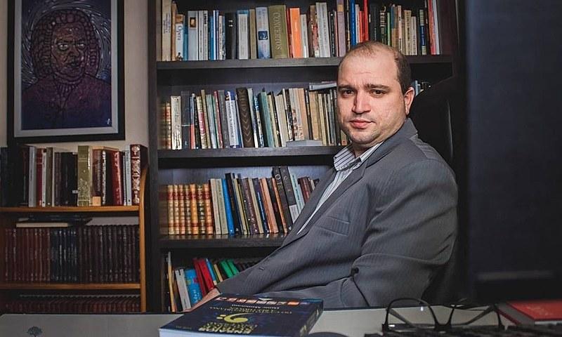 Dante Mantovani é seguidor de Olavo de Carvalho e mantém canal sobre música erudita e teorias da conspiração
