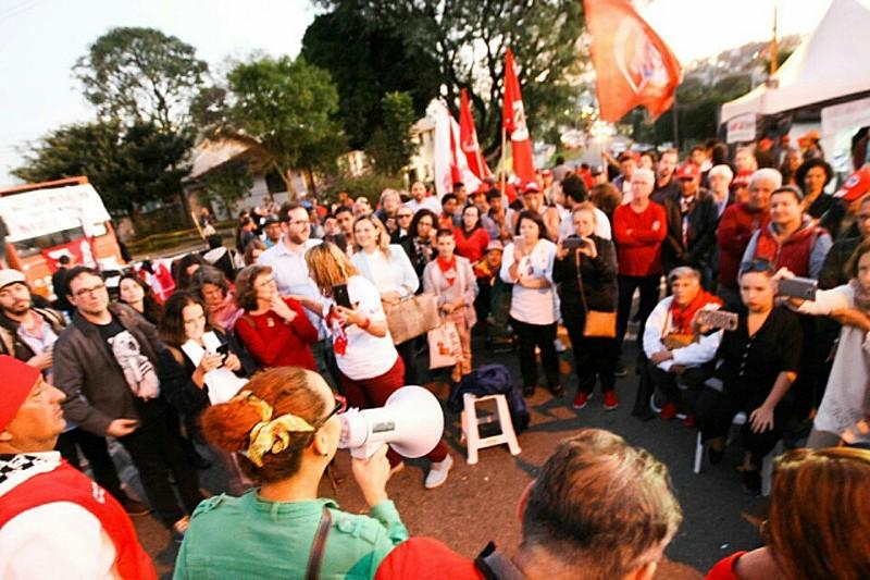 Aula pública aconteceu com manifestantes que fazem cotidianamente a Vigília Lula Livre, em frente à Policia Federal