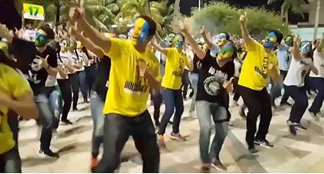 Coreografia na Praia de Iracema, Fortaleza (CE), para demonstrar apoio ao então candidato Bolsonaro