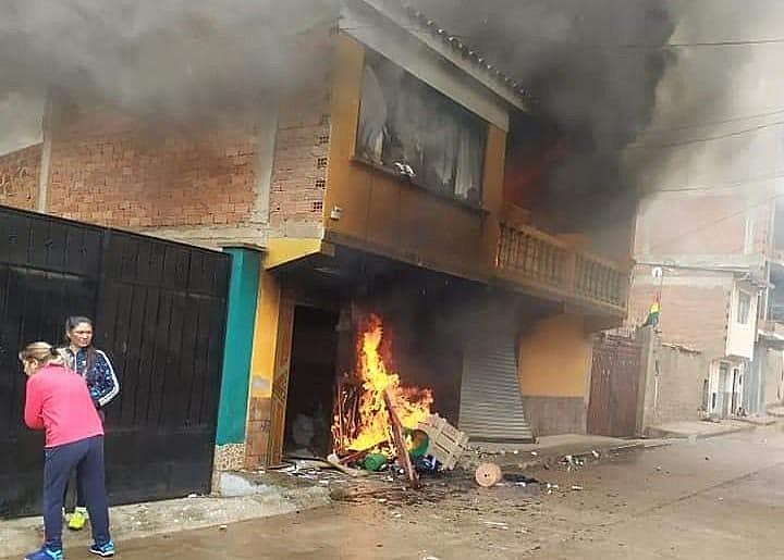 Casa do ex-presidente da Câmara da Bolívia foi queimada durante golpe de Estado; Clajud pede proteção a afetados