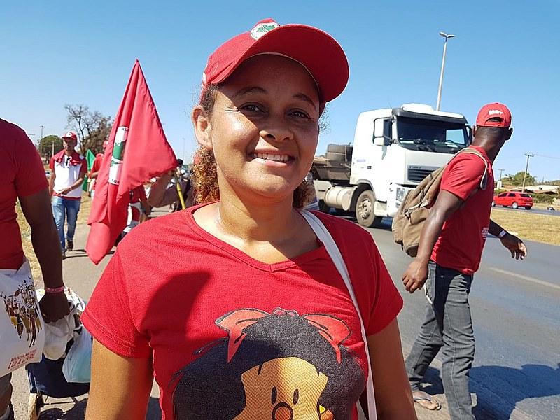 Eliene dos Santos já perdeu a conta de quantas caminhadas já fez erguendo a bandeira do MST.