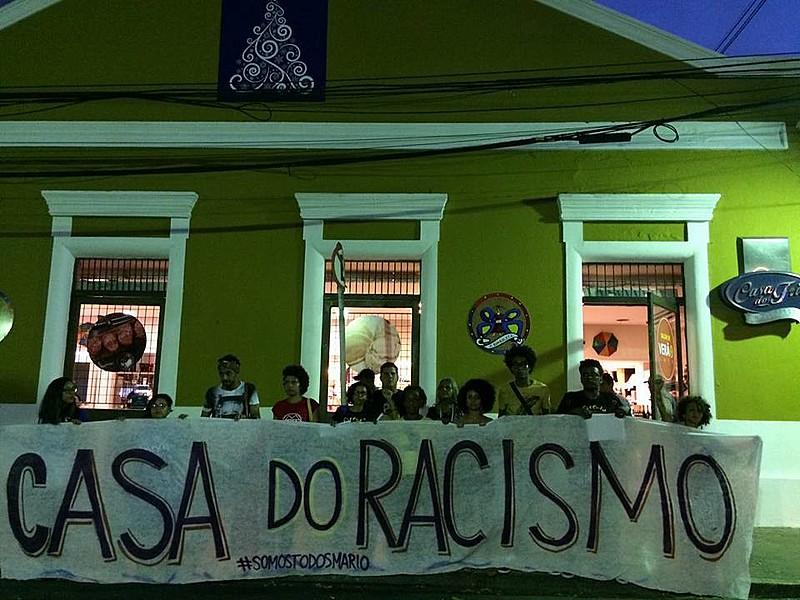 Movimentos e coletivos realizaram ato na frente do estabelecimento para repudiar o caso de racismo