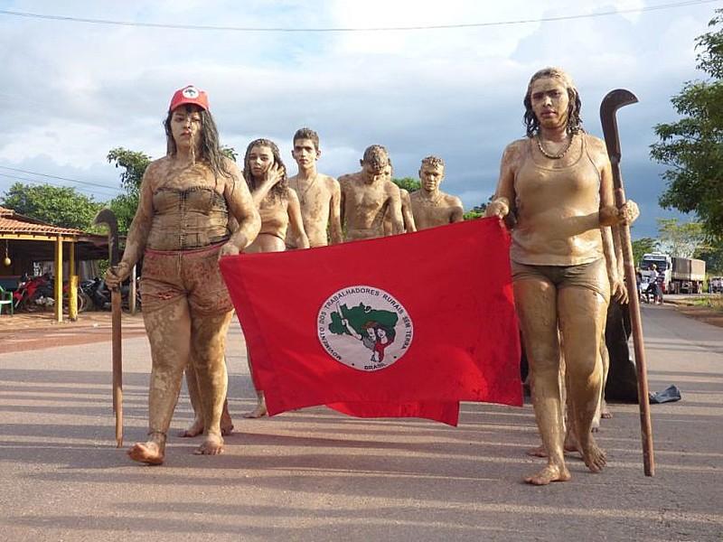 Representação teatral feita por jovens participantes do acampamento na Curva do S
