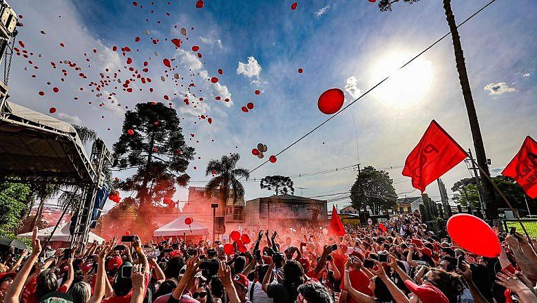 Companheiros celebraram o aniversário de Lula e denunciaram sua prisão política