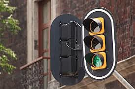 Mouzar lembra do dia em que o semáforo foi motivo de distração de dois motoristas e causou o primeiro acidente de trânsito da cidade.