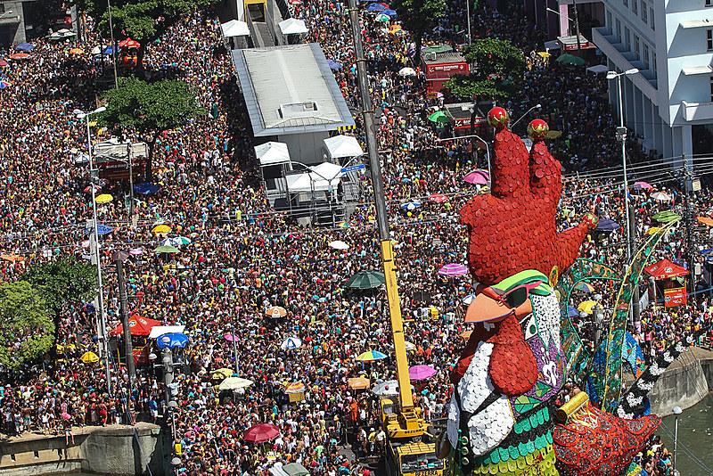 """Em 2016, com o tema """"Galo, Frevo e Manguebeat"""", o desfile homenageou Chico Science, um dos maiores ícones da música pernambucana"""