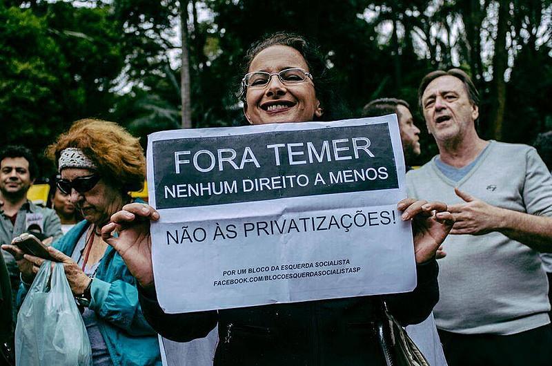 """Manifestante protesta contra a retirada de direitos em ato """"Fora, Temer"""" em São Paulo (SP)"""