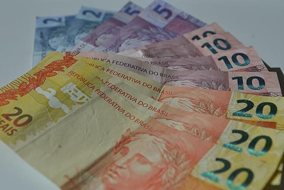 """""""O legal do dinheiro é a gente usar para fazer as coisas que precisa ou gosta, viver bem"""", diz o escritor Mouzar Benedito"""
