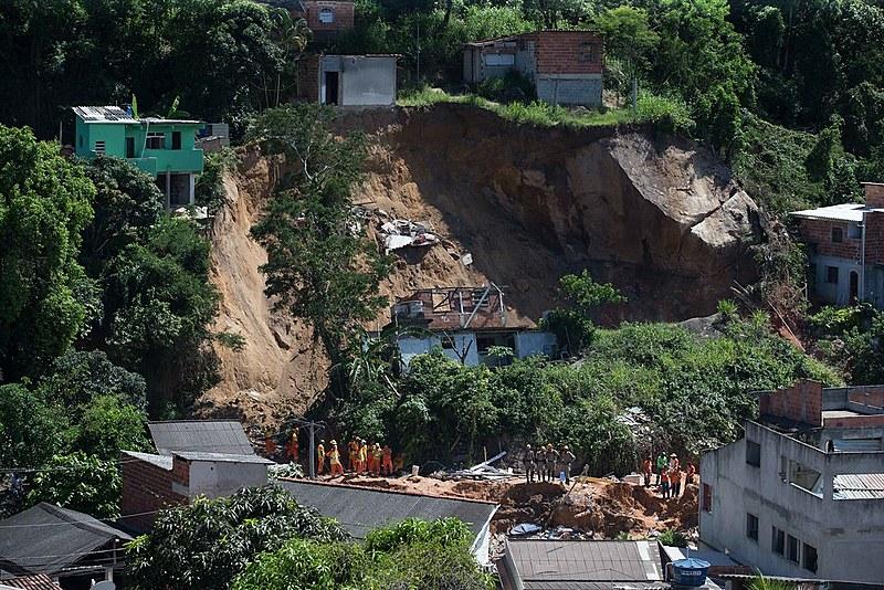 O desmoronamento no Morro da Boa Esperança, em Niterói, deixou quinze pessoas mortas e 22 famílias desabrigadas