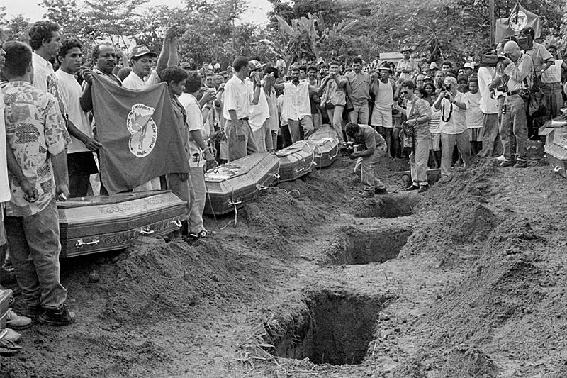 Momento do sepultamento das 19 vítimas do massacre no cemitério de Curionópolis