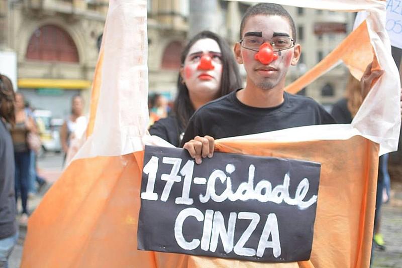 Manifestante protesta contra o prefeito de São Paulo, João Doria Jr., na Praça da Sé