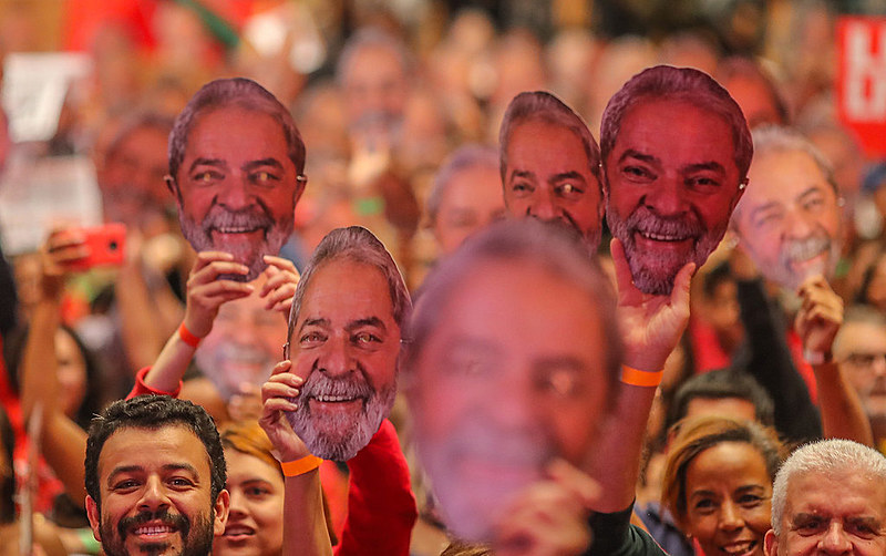 Em solidariedade a Lula, moradores do acampamento Dom Tomás Balduíno, do MST, em Quedas do Iguaçu (PR), exibem máscara do ex-presidente