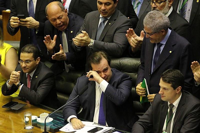 Presidente da Câmara e articulador da reforma, Rodrigo Maia chora durante aprovação em primeiro turno do texto da PEC 6