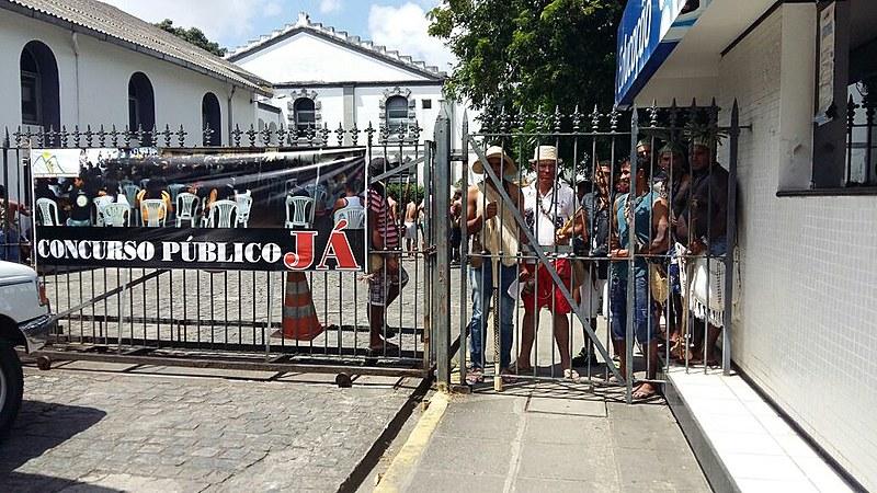 Professoras, professores e representantes de 11 povos indígenas ocupam a Secretaria Estadual de Pernambuco contra municipalização do ensino