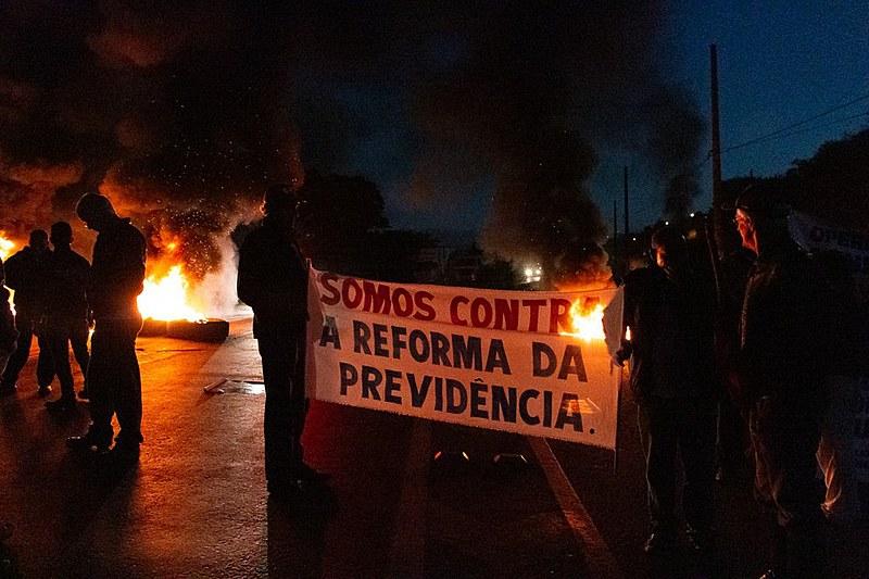 Trabalhadores bloqueiam a BR-040, em Congonhas (SP),  na manhã desta sexta (14)