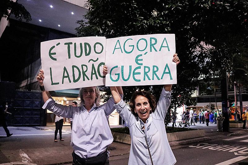 """Manifestantes declaram """"guerra"""" contra políticos e membros do judiciário"""