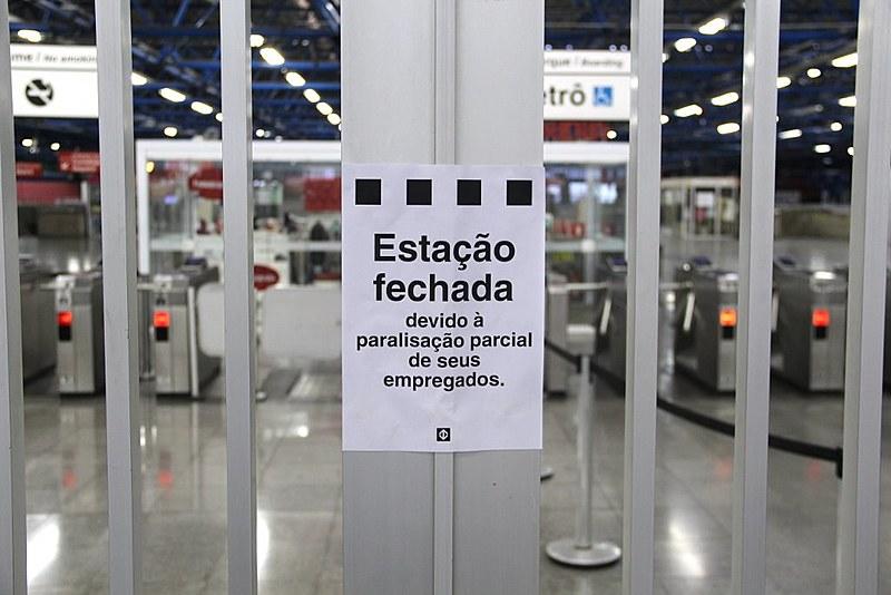 Estación de metro cerrada en la ciudad de São Paulo; el episodio se repitió en diversos puntos de la ciudad