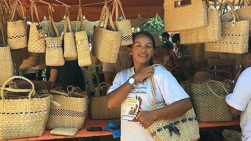 Vasos de argila, bolsas de palha e esteiras são importantes fontes de renda