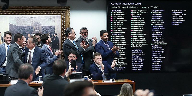 Deputados da base governista comemoram aprovação do texto-base da reforma da Previdência