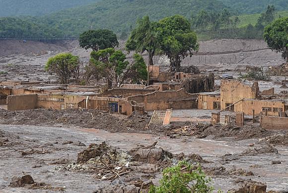 Rompimento da barragem da Samarco em novembro de 2015, em Minas Gerais