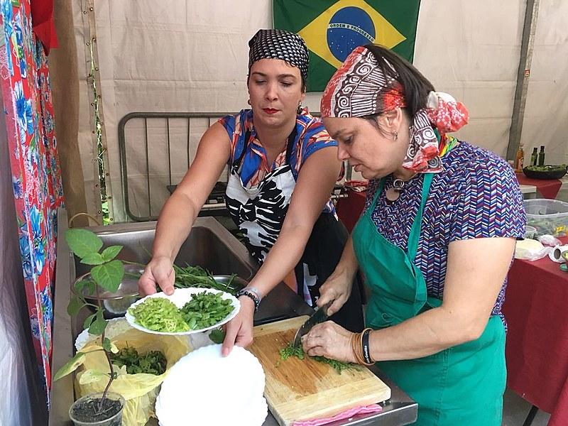 Letícia Massula (à dir) cozinha com ingredientes goianos