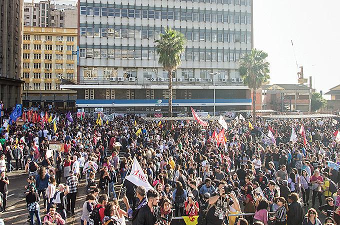 Milhares de estudantes e trabalhadores saíram às ruas no dia 15 de Maio, contra os cortes na Educação e a reforma da Previdência