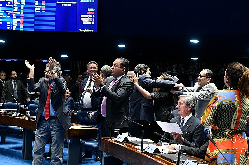 Senadores comemoram rejeição de mudança que rebaixava limite para obtenção de dois salários mínimos para cerca de R$ 1,3 mil