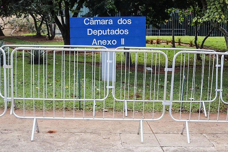 Grades ceram parte da fachada da Câmara dos Deputados, em Brasília (DF)