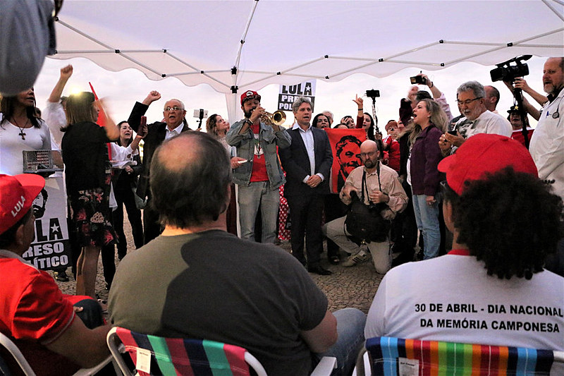 Grevistas recebendo apoio de parlamentares e populares durante ato no STF, nessa quarta (1º)