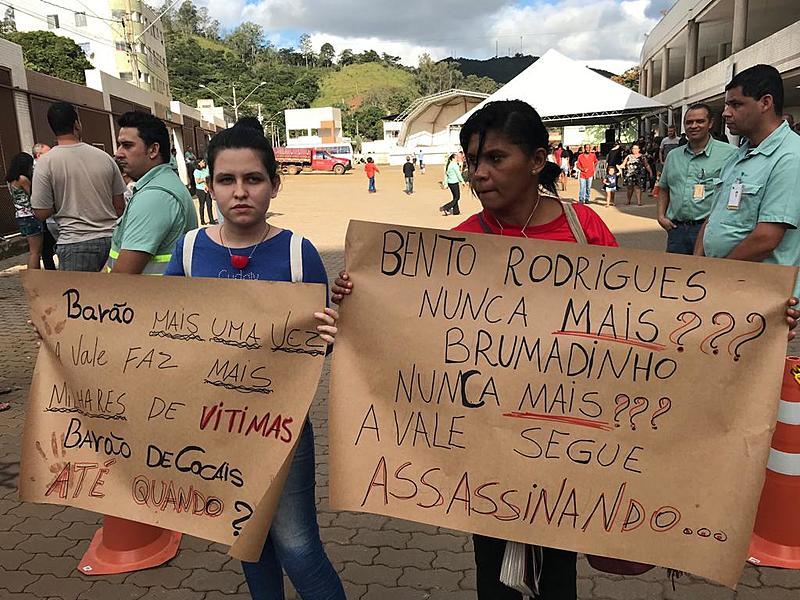 Moradores protestaram em treinamento de evacuação da cidade, neste sábado (18)