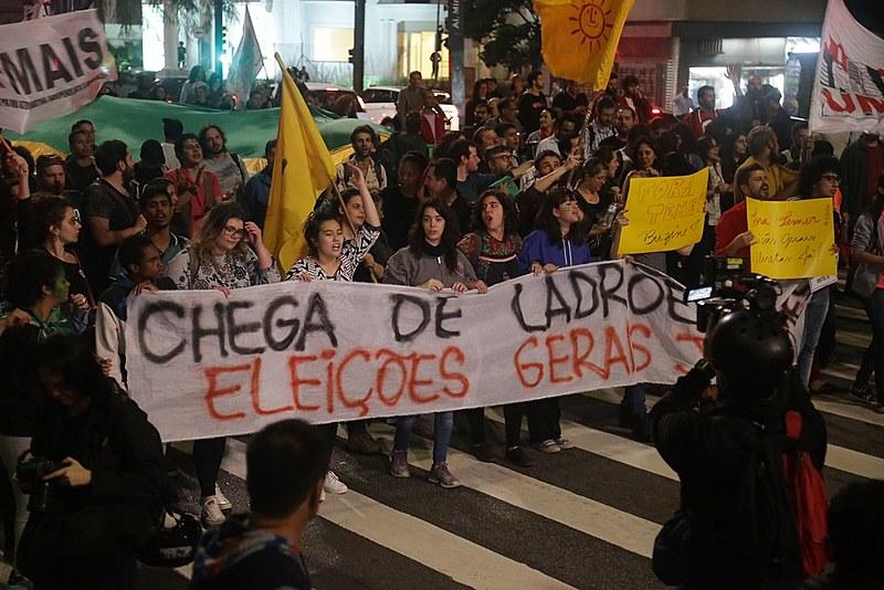 Militantes de esquerda protestam contra o governo golpista de Michel Temer e exigem eleições gerais