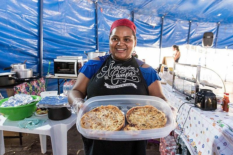Maria Silva apresenta um dos pratos que podem ser encontrados no espaço Armazém do Campo