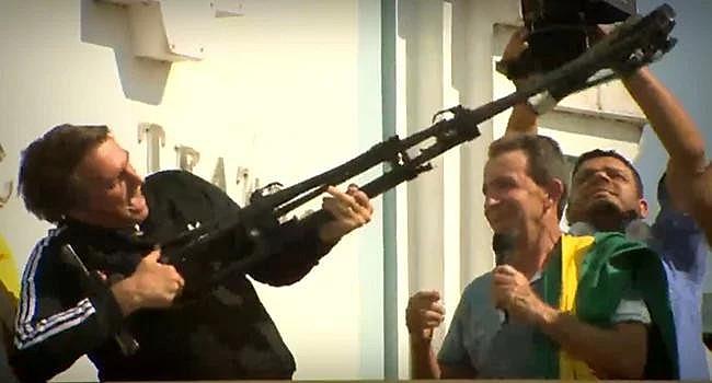 Bolsonaro faz apologia à violência em comício no Acre