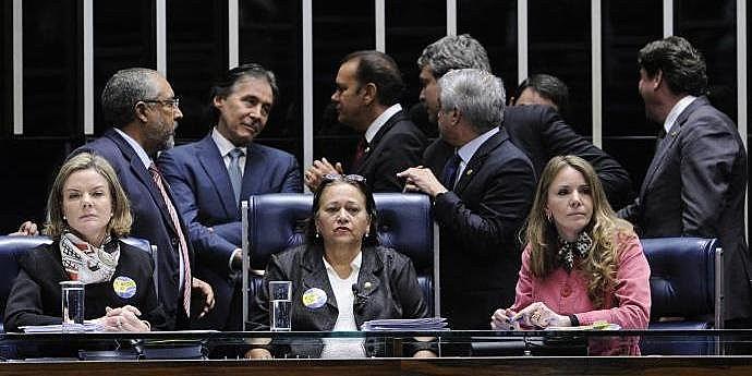 Senadoras durante ocupação da mesa diretora do Senado para impedir votação da reforma trabalhista, em julho de 2017
