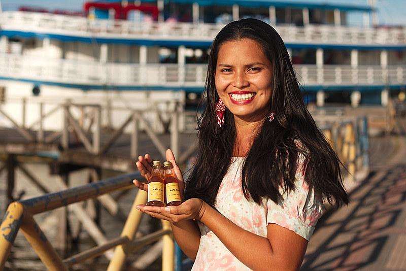 Mariane Chaves com o Mani-Oara; bebida criada a partir dos  saberes da comunidade aliado ao conhecimento acadêmico