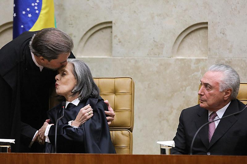 José Antonio Dias Toffoli abraça Carmem Lucia quando assume a presidência do Supremo Tribunal Federal