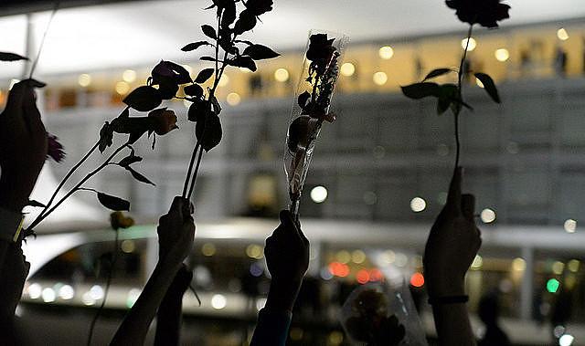 El marte (19), mujeres apoyan a Dilma y le entregan flores en el Palacio do Planalto, enBrasília