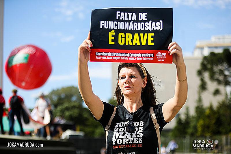 Assembleia acontece em frente ao Palácio Iguaçu, local do acampamento e da maioria dos atos