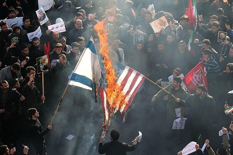 Manifestantes iranianos queimam as bandeiras dos Estados Unidos e de Israel, em Teerã
